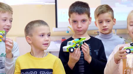 schoolchildren show off their cars, machines, made of colored parts of the designer. School of Robotics, STEM education Vídeos