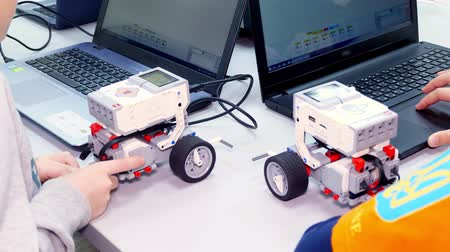 close-up, students create devices using the designer, according to the instruction in the laptop . School of Robotics, STEM education Vídeos