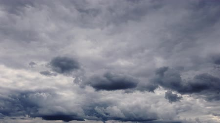гром : timelapse, the sky before a thunderstorm. thunder clouds are running, gathering in the dark sky.