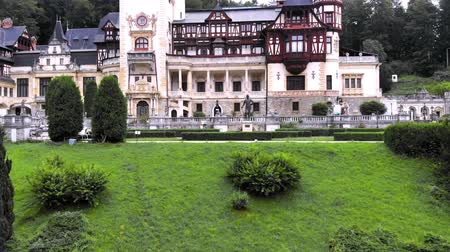 transilvânia : Peles castle. Sinaia, Romania . the castle is surrounded by beautiful carpathian mountains.