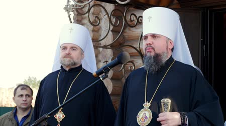 CHERKASY REGION, UKRAINE, OCTOBER 10, 2019: Blessed Metropolitan Epiphanius and Metropolitan Cherkasy and Chyhyryn John address the believers. Archivo de Video