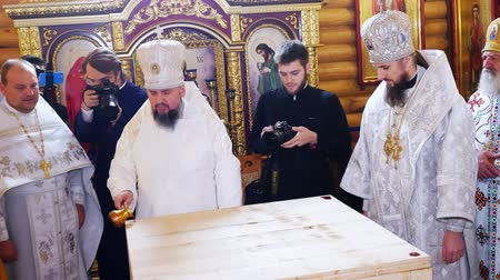 обряд : CHERKASY REGION, UKRAINE, OCTOBER 10, 2019: church ceremony. the rite of consecration of newly built Church of the Blessed Virgin Mary Assumption by Metropolitan Epiphany, the head of the united local Ukrainian Orthodox Church Стоковые видеозаписи