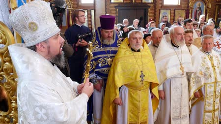 обряд : CHERKASY REGION, UKRAINE, OCTOBER 10, 2019: priests pray, church ceremony, consecration rite of newly built Church by Metropolitan Epiphany, head of united local Ukrainian Orthodox Church