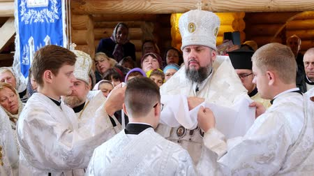 bem aventurança : CHERKASY REGION, UKRAINE, OCTOBER 10, 2019: His Beatitude Metropolitan Epiphanius, the head of united local Ukrainian Orthodox Church. church ceremony, consecration rite of newly built Church of the Blessed Virgin Mary Assumption Stock Footage