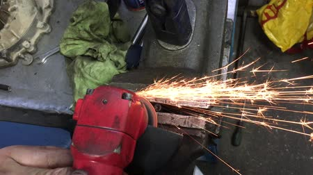 Cutting a metal pipe in two pieces with angle grinder Stok Video