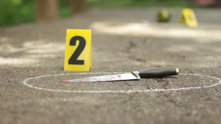 investigar : Rack Focus of Evidence at Crime Scene