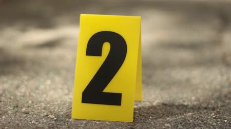 investigar : Dolly Shot Closeup of Crime Scene Marker on Ground