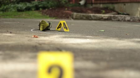 investigar : Sneaker and Crime Scene Markes Dolly Shot Vídeos