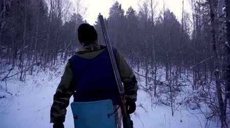 combate : Hunters in the Woods. Armed Rangers in winter forest