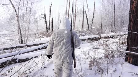 escopo : Hunters in the Woods. Armed Rangers in winter forest