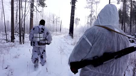 фокус : Two Hunters in the Woods. Armed Rangers in winter forest