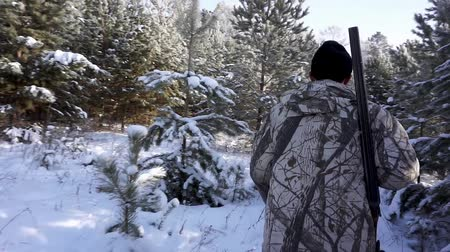 atirar : Hunters in the Woods. Armed Rangers in winter forest