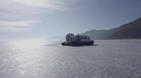 водно болотных угодий : Airboat floating on the frozen lake. Aeroglisser on the frozen lake Baikal