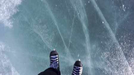 t şeklinde : Riding on skates. Skating on a frozen lake