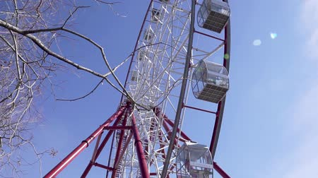 tek bir nesne : Ferris wheel. Ferris wheel against the blue sky. Big wheel