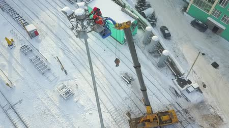 sokak lâmbası direği : Electricians worked at autotower. Workers repair mast lighting. Aero view