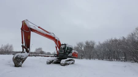экскаватор : excavator in winter Стоковые видеозаписи