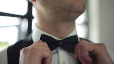 nákrčník : The groom straightens tie bow tie