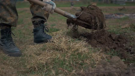 конг : Soldiers digging Earth