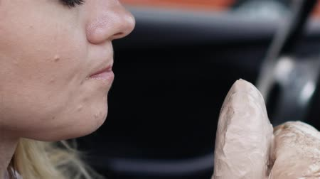 přihrádka : Young woman eats ice cream in the car Dostupné videozáznamy