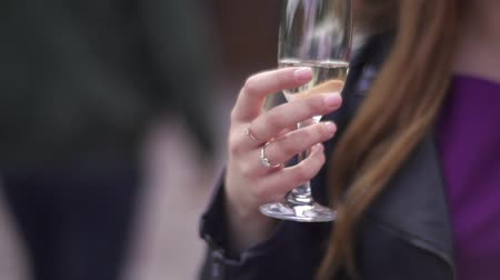 kraker : A girl holds a glass of champagne in their hands Stok Video