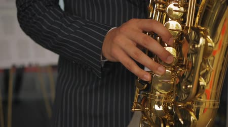músico : Saxophonist plays the saxophone