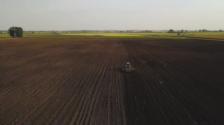 püskürtücü : Aerial drone shot of a farmer spraying soybean fields