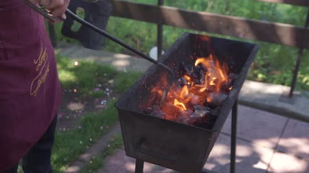 carbon parrilla : Prepárate para la fiesta de barbacoa. Archivo de Video
