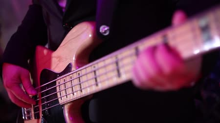 певец : Man play the bass guitar