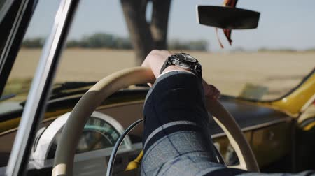 tokmak : Mens hand on the steering wheel of the car Stok Video