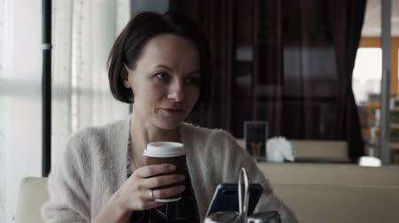 tvarohový koláč : Beautiful brunette drinks coffee from a cup and laughs