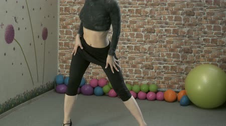 músculos : Girl in heels dancing in the gym