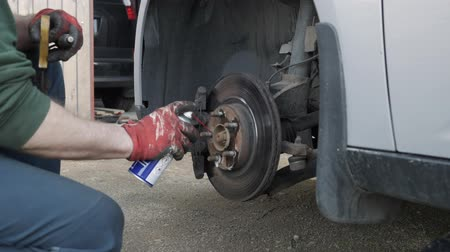 İngiliz anahtarı : Mechanic changes brake parts in the car Stok Video