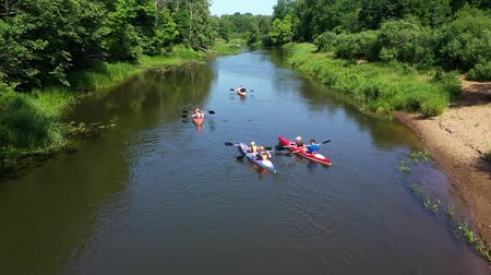 remo : A group of people kayaking on the river