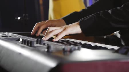 talento : The musician plays the synthesizer during the performance.