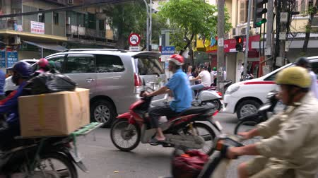 vietnami : SCOOTERS AND PEOPLE ON THE STREETS OF HANOI, VIETNAM – 2 APRIL 2018: Scooters, cars, traffic, tourists, and people on the old quarter streets of the capital city, Hanoi, Vietnam