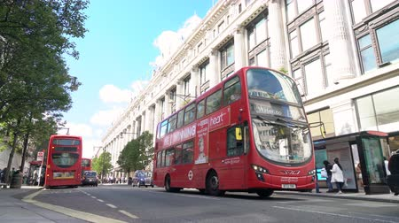 doppeldecker : SELFRIDGES DEPARTMENT STORE, OXFORD STREET, LONDON, ENGLAND - 25. SEPTEMBER 2018: Langsamer Warteschlangenverkehr, Taxis und rote Doppeldecker-London-Busse fahren an Selfridges, Oxford Street, London, England vorbei Videos