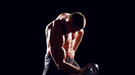 biustonosz : the athlete bodybuilder muscle shakes dumbbells