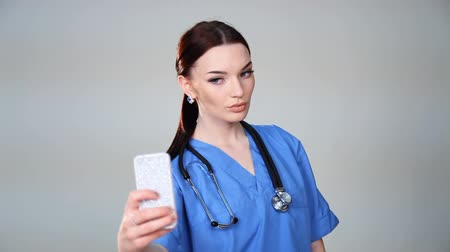 posou : doctor with the phone is photographed Vídeos