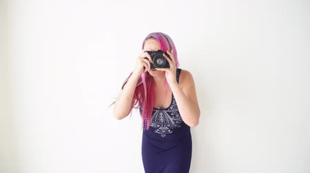 на камеру : photographer girl with pink hair for photo shoots