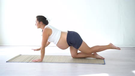 feto : pregnant woman doing sport exercises Yoga Vídeos