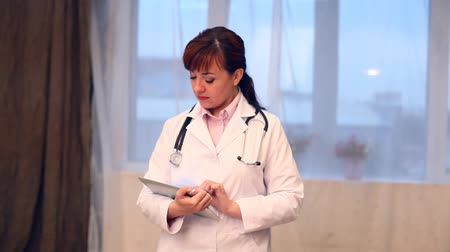 коридор : a woman doctor in the hospital with the Tablet