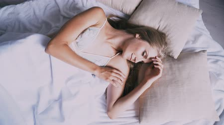 cant : beautiful girl asleep in the bedroom sees dreams