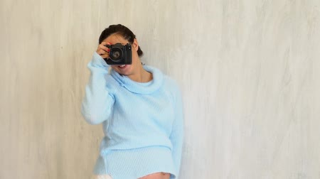 место : pregnant woman photographer photographing belly