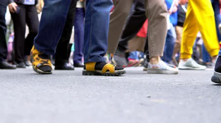 caminhada : Many legs of people who walk Vídeos