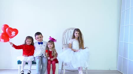 three girls and boy friends sitting in a room Stok Video