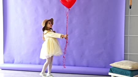 akusztikus : Little girl dancing with red balloons