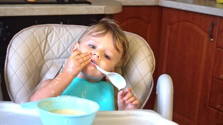 łyżka : Little boy himself eats porridge soiled