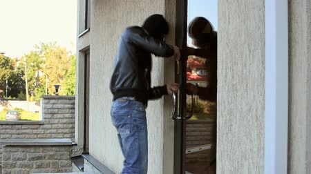 кража : Burglar trying to open office door, but failed.
