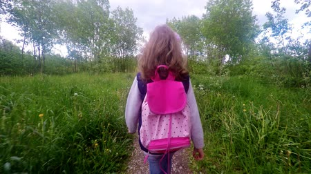 caminhada : Little girl is going home from school. Vídeos